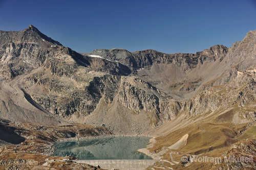 Lago Serrù, 2.278 m - links die Cima della Vacca, 3.186 m - und rechts der Colle Galisia, 2.987 m - Foto: © Wolfram Mikuteit